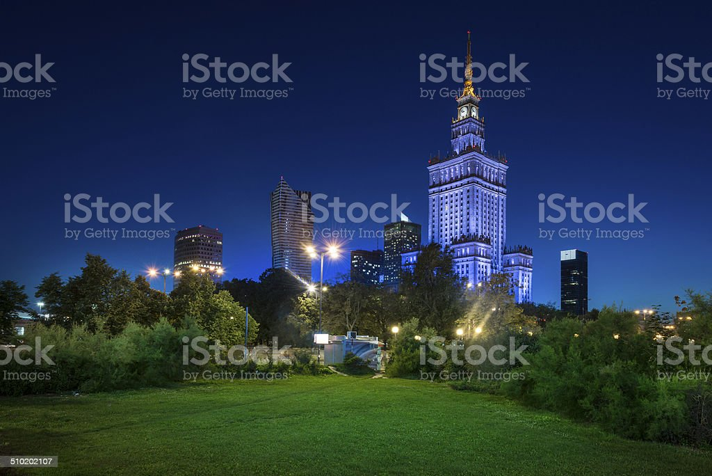 Blick bei Nacht von der Innenstadt von Warschau – Foto