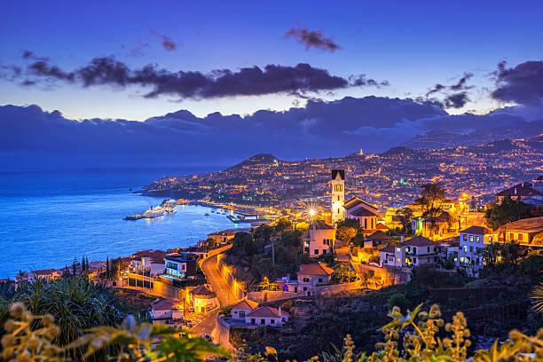 Vista noturna do Funchal da Ilha da Madeira - foto de acervo
