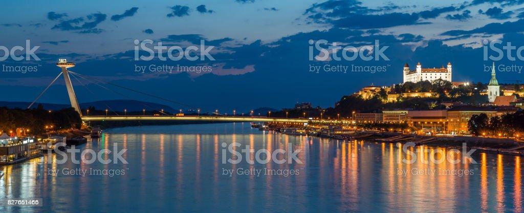 Nacht Blick auf neue Brücke in Bratislava mit Schloss auf der rechten Seite und Lichter Reflexion auf Donau Fluß. – Foto