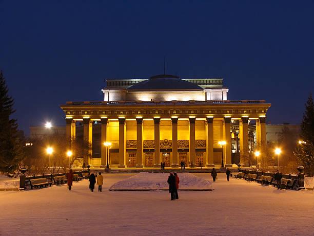 Blick bei Nacht auf Novosibirsk Oper und Ballett-Theater – Foto