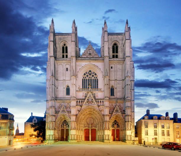 Nachtansicht zur Kathedrale des Heiligen Pierre in Nantes City in Frankreich – Foto
