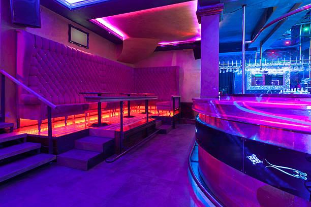 diskothek mit bunten lichter - club sofa stock-fotos und bilder