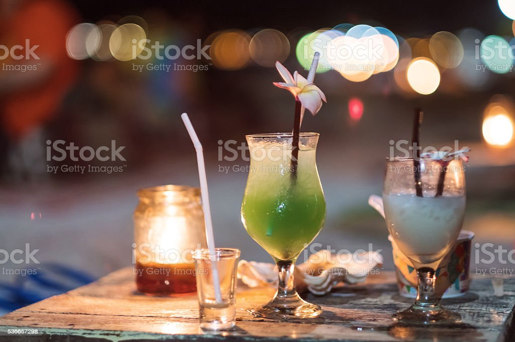 Nightlife drinks with Bokeh lighting background, selective soft focus​​​ foto