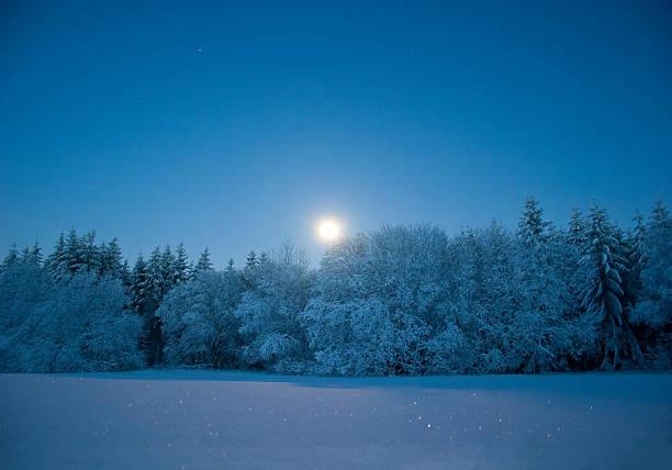 abend-landschaft mit schnee und mond - andreas weber stock-fotos und bilder