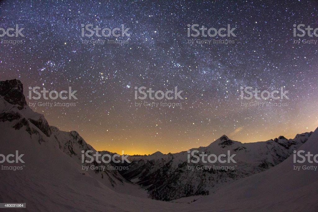 Nightsky über Berge in den österreichischen Alpen – Foto