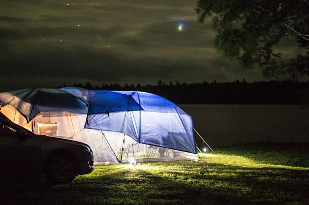 campingplatz bei nacht mit beleuchtung-zelte - planenzelt stock-fotos und bilder