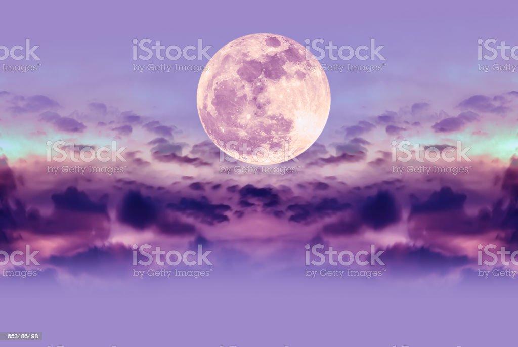 Nachtelijke hemel met wolken en heldere volle maan met glanzend. - Royalty-free Avondschemering Stockfoto