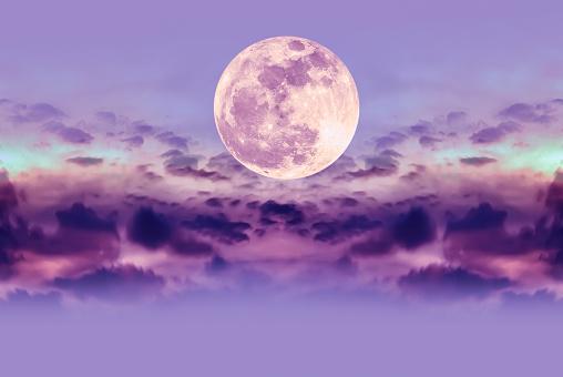 Nachtelijke Hemel Met Wolken En Heldere Volle Maan Met Glanzend Stockfoto en meer beelden van Avondschemering