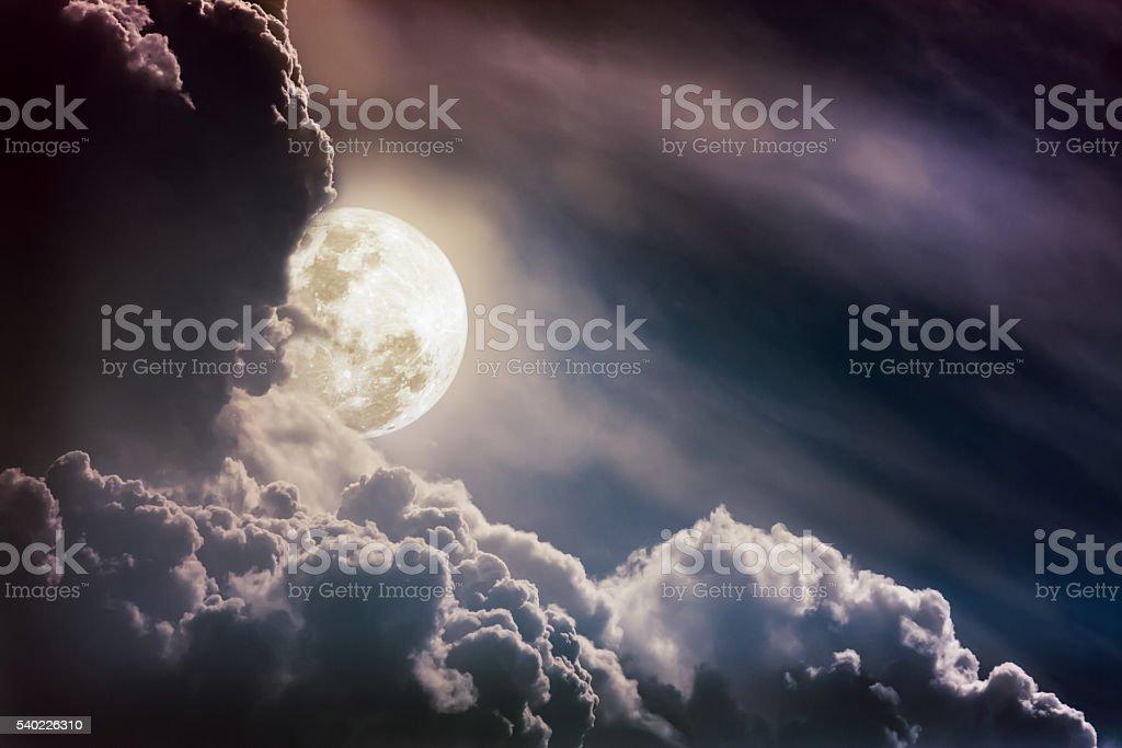 Nuit ciel avec les nuages. Beauté de la la nature et de l'espace de copie. - Photo