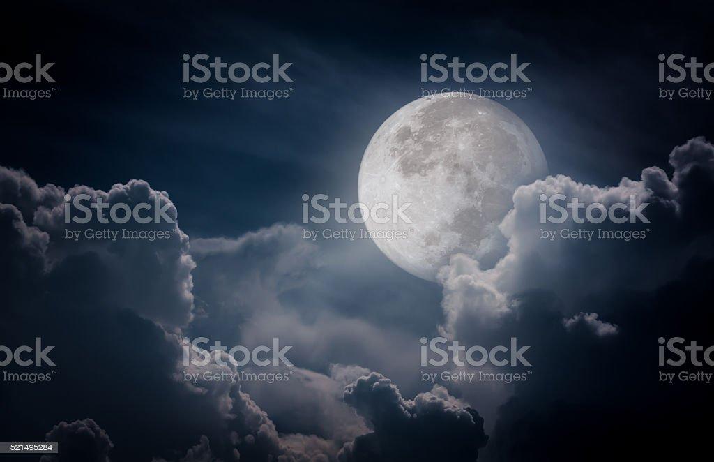 Nuit ciel avec les nuages, complet Lune faire un arrière-plan - Photo
