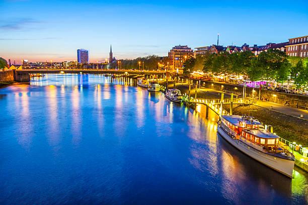 Vista nocturna de Schlachte con vista a Weser - foto de stock