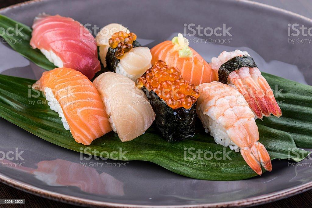 sushi Nigiri de atum, salmão, camarão e peixe - foto de acervo