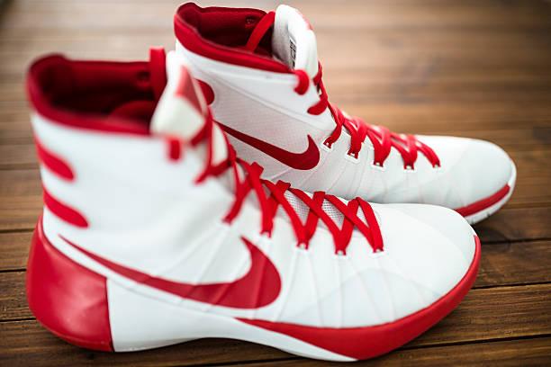 nike hyperdunk basketball-sport schuh - nike sneaker weiß stock-fotos und bilder