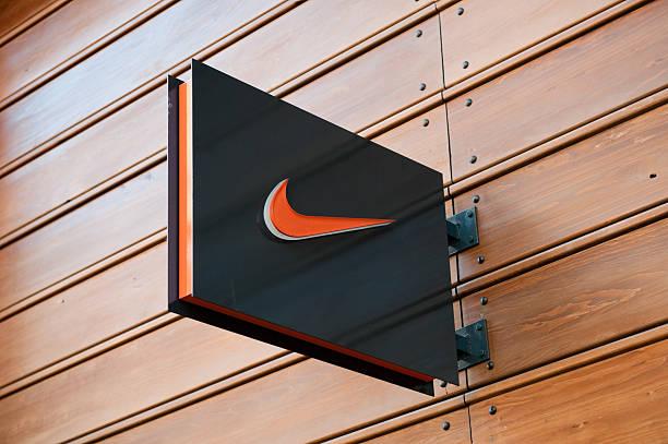 nike store-logo, london, gb - schuhe auf englisch stock-fotos und bilder