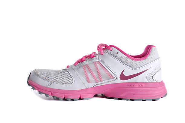 nike women's pink laufschuh-sneaker - nike damen sneaker stock-fotos und bilder