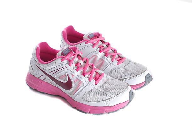 nike women's pink laufschuh-sneakers - nike damen sneaker stock-fotos und bilder
