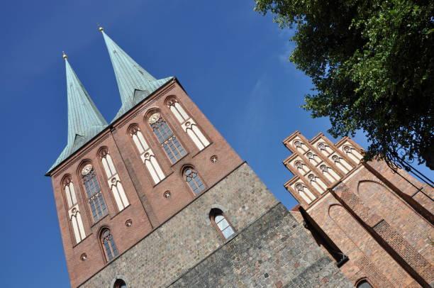 nikolaikirche in berlin, deutschland - nikolaiviertel stock-fotos und bilder