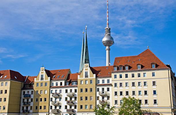 nikolaiviertel und tv-turm in berlin - nikolaiviertel stock-fotos und bilder