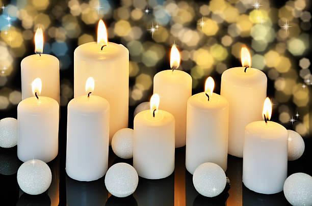 Neun brennende Kerzen auf einem dunklen glänzendes Hintergrund – Foto