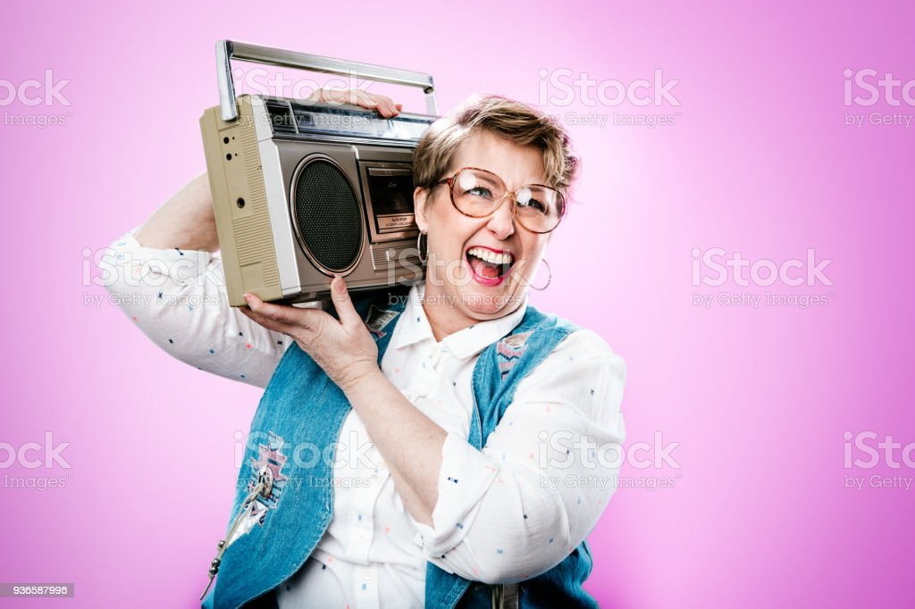 Anos noventa estilo retrato de mulher com estéreo Boombox - foto de acervo