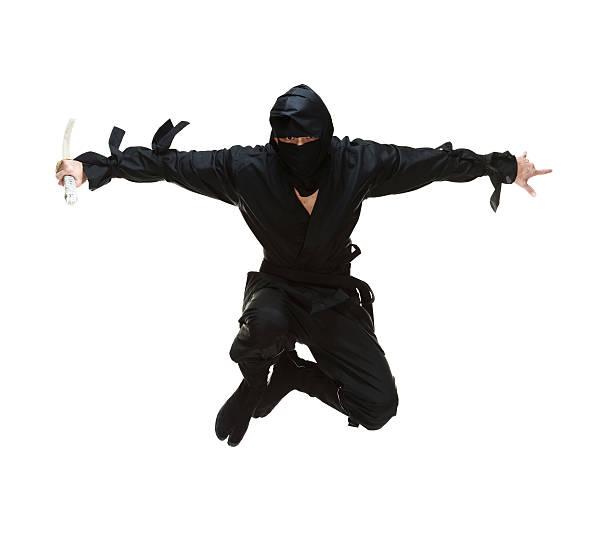 salto ninja espada de retención y - ninja fotografías e imágenes de stock
