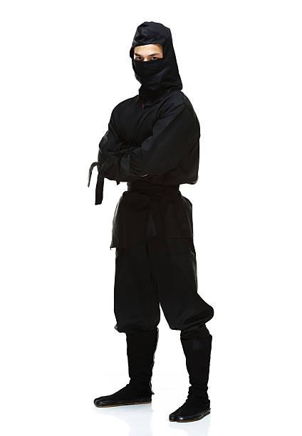 ninja de pie con los brazos cruzados - ninja fotografías e imágenes de stock