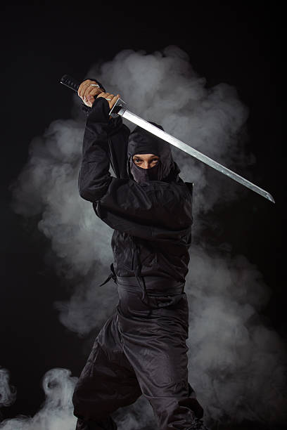 ninja con espada, en la noche en humo - ninja fotografías e imágenes de stock