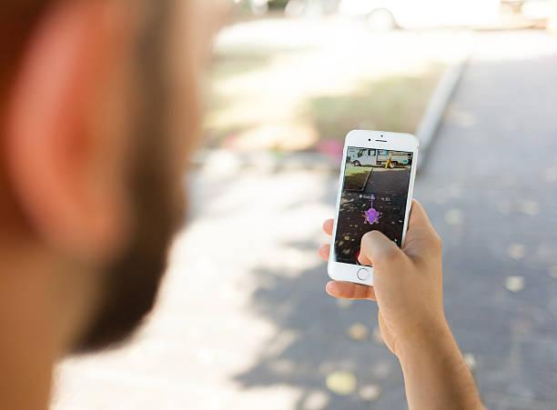 nintendo pokemon go augmented reality smartphone - pflanzen pokemon stock-fotos und bilder