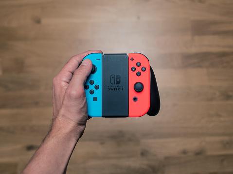 Nintendo Switch Neon Game Controller - Fotografie stock e altre immagini di Adolescente