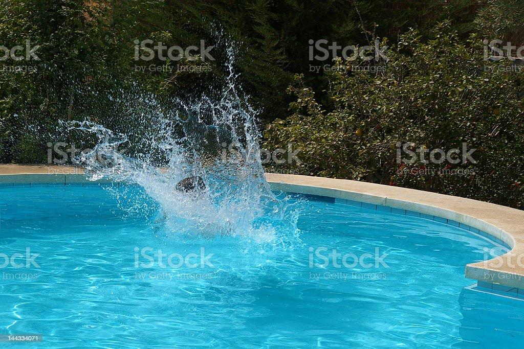 niño saltando al agua stock photo