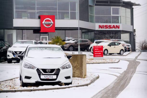 Nissan motor Company Autos stehen vor Autohaus Gebäude – Foto