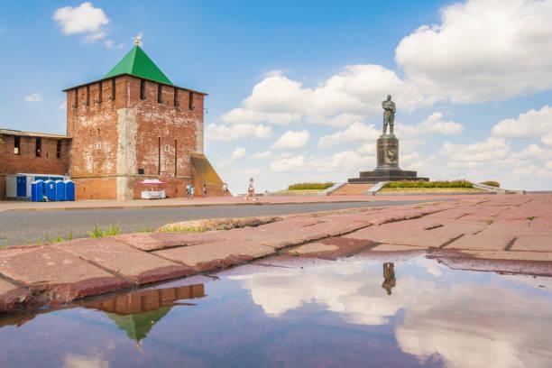 Cтоковое фото Nizhny Novgorod Kremlin and a monument to Chkalov with reflection, Russia