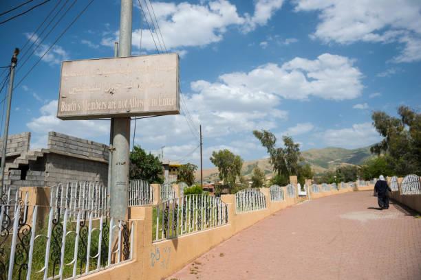 keine baath-schild am friedhof in halabja, irak - kurdische sprache stock-fotos und bilder