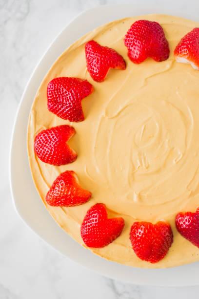 no bake dulce de leche käsekuchen mit erdbeeren - oreo torte ohne backen stock-fotos und bilder