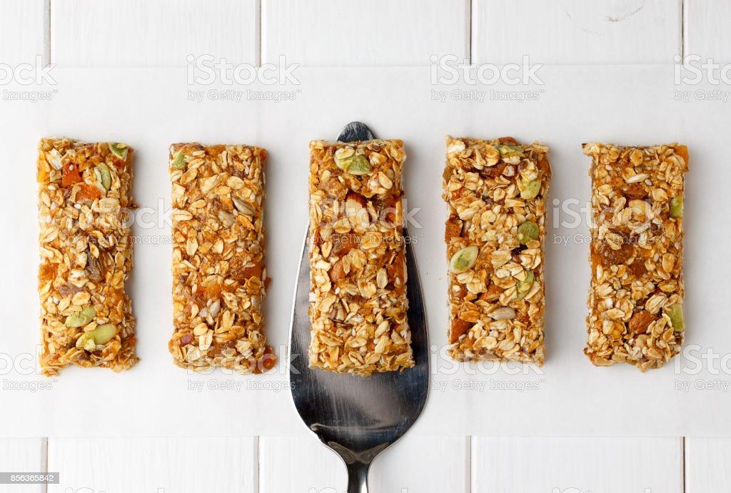 Não há barras de granola de energia Asse na mesa de madeira branca. - foto de acervo