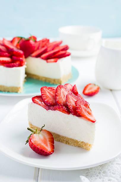 no baked strawberry cheesecake on white background - käsekuchen kekse stock-fotos und bilder