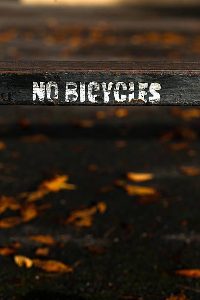 keine fahrräder schild gemalt auf alte rostige metall-zaun - falsche malerei wände stock-fotos und bilder