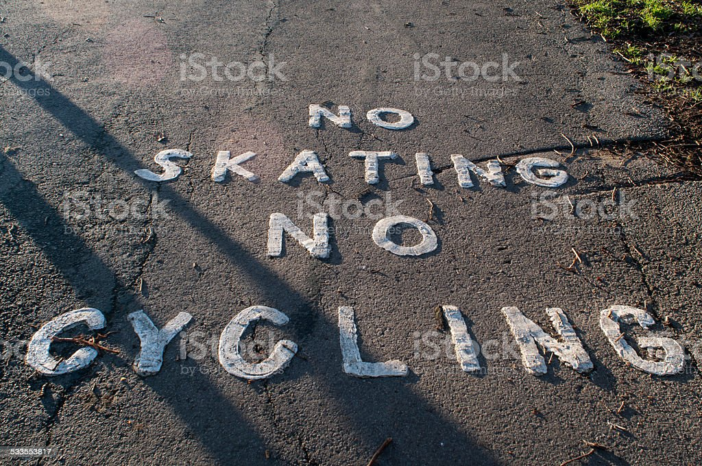 Nenhum sinal de ciclismo e andar de skate No asfalto - foto de acervo