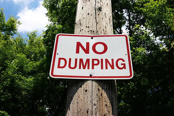 keine dumping-schild auf telefonmast - nägel glitzer stock-fotos und bilder