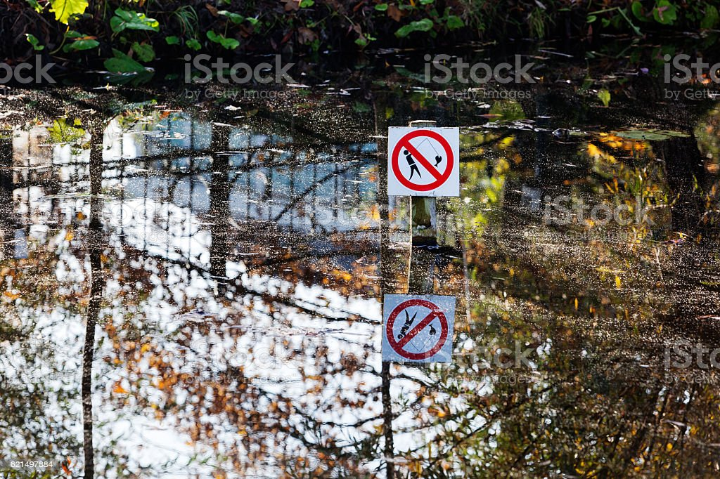 No fishing sign in pond foto stock royalty-free