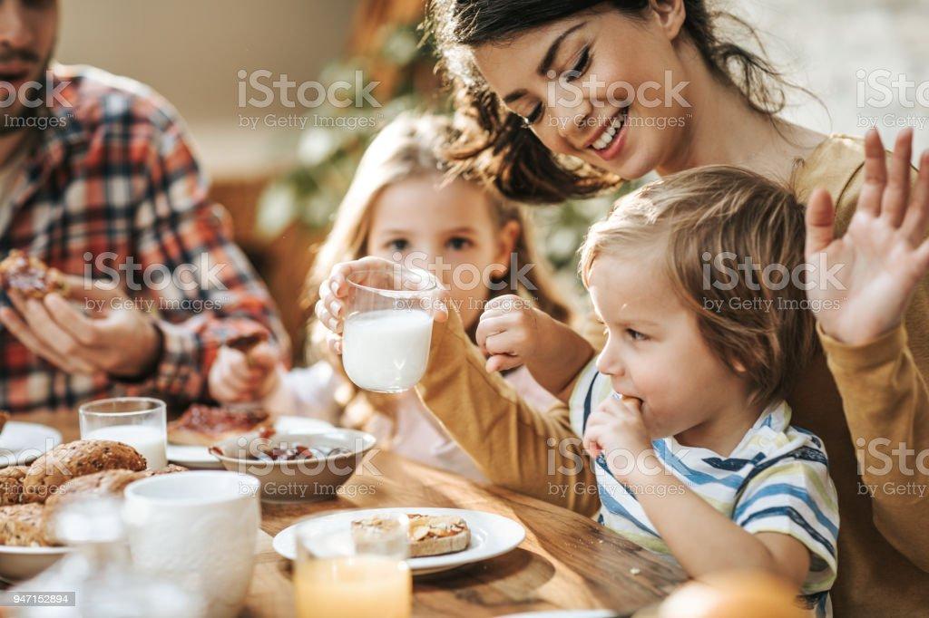 아니 엄마 나 요구르트를 마시고 싶지 않아! - 로열티 프리 4 명 스톡 사진
