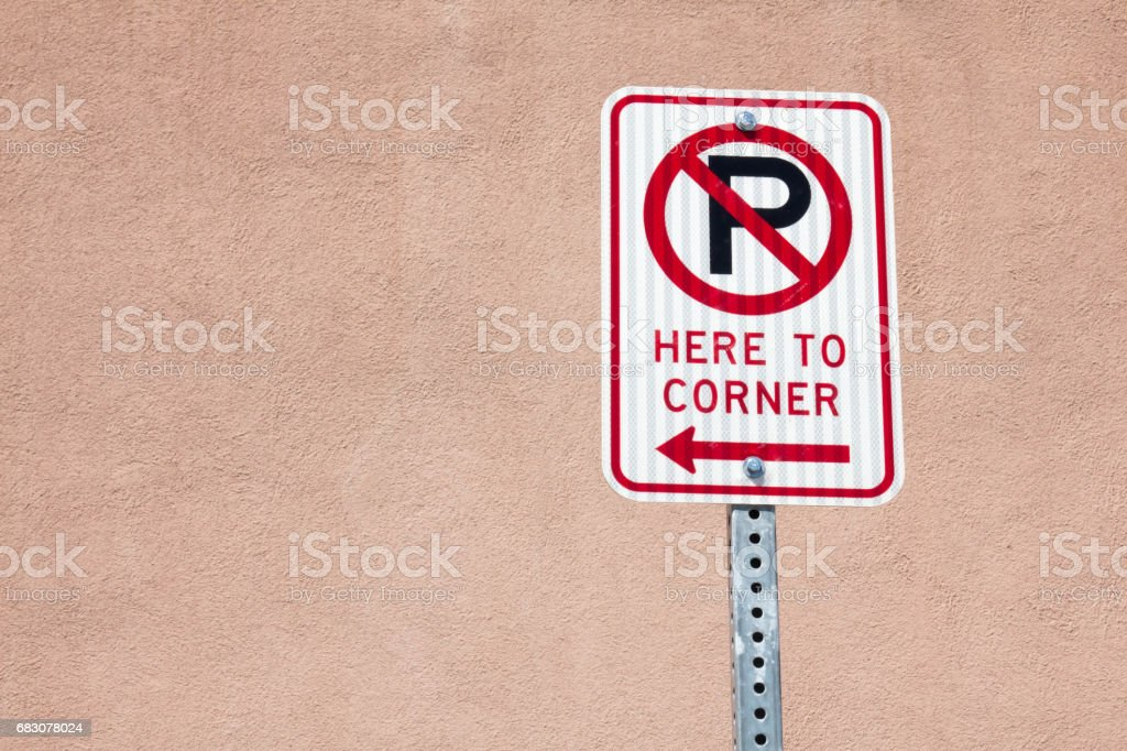 No parking here to corner sign with arrow foto de stock royalty-free