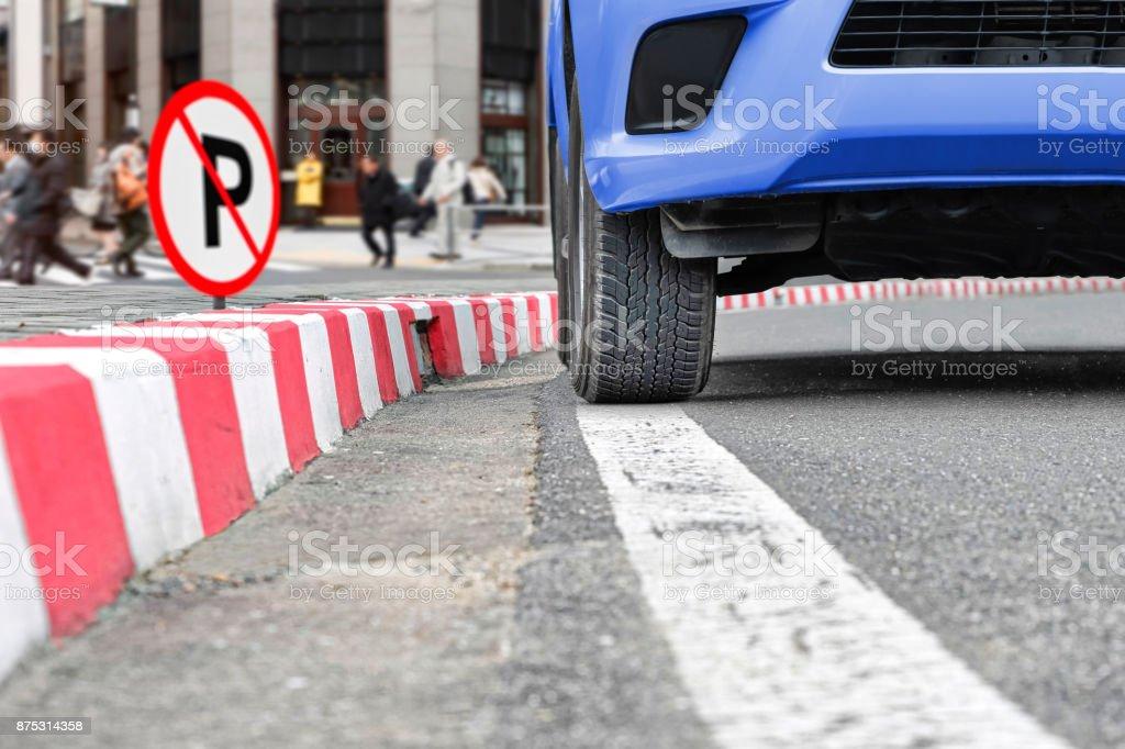 Melden Sie keine Parkplatz-Schild am roten Streifen auf Straße – Foto