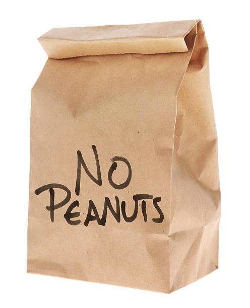 keine peanuts-brown paper mittagessen-tasche, isoliert auf weiss - mittagspause schild stock-fotos und bilder