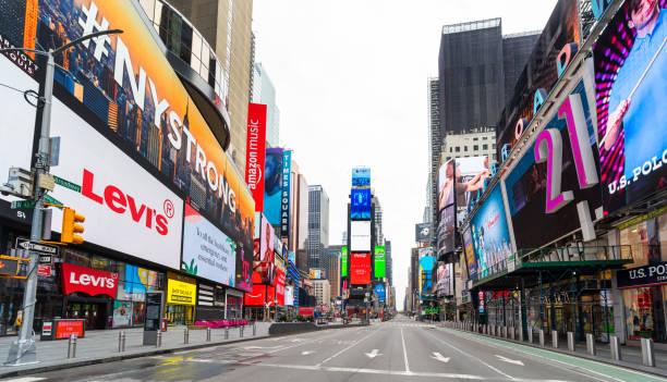 居心地の良い19パンデミックの間、ニューヨークのタイムズスクエアに人も車もありません - corona newyork ストックフォトと画像