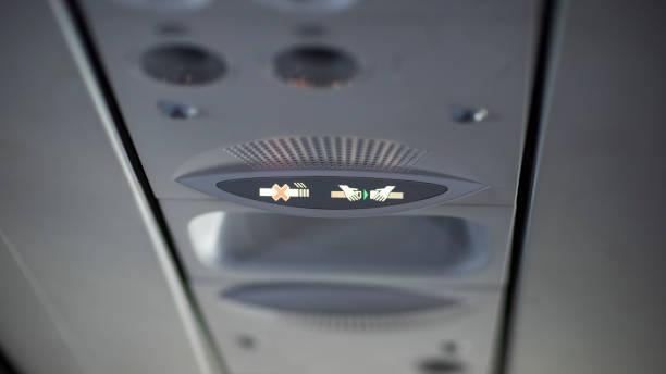 禁止吸煙和緊固安全帶標誌在飛機上。 - 亂流 個照片及圖片檔