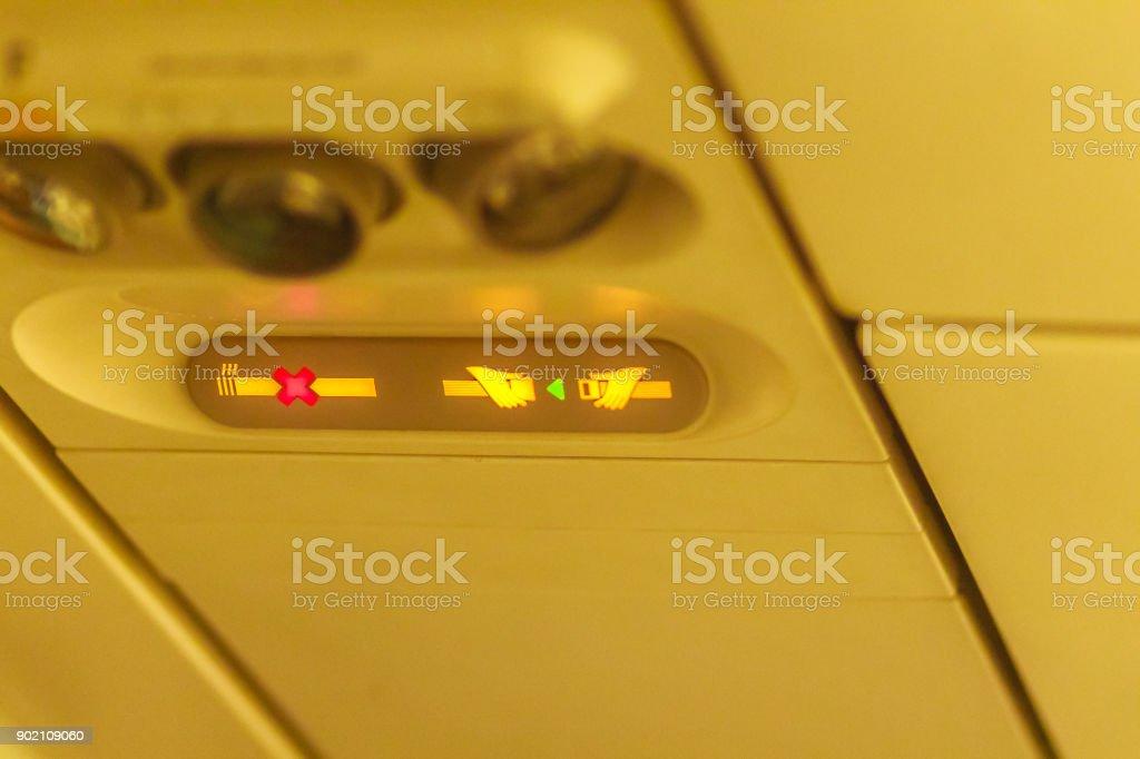 Aucun fumer et fixer siège ne ceinture signe à l'intérieur d'un avion. Attacher la ceinture de sécurité et aucun signe de fumer dans les avions - Photo