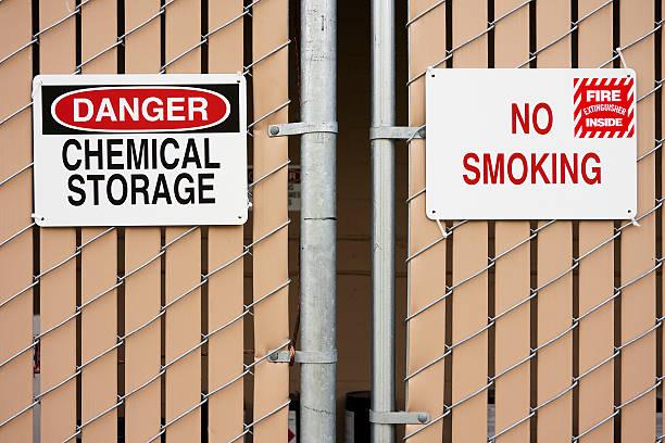 Nichtraucherzimmer und gefährliche Chemikalien Beschilderung – Foto