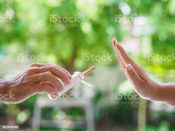 Kein Rauchen Nahaufnahme Von Männlichen Händen Halten Zigaretten Und Person Vorschlagen Der Menschliche Arm Ist Mit Ablehnung Auf Bokeh Hintergrund Gestikulieren Stockfoto und mehr Bilder von Arm - Anatomiebegriff