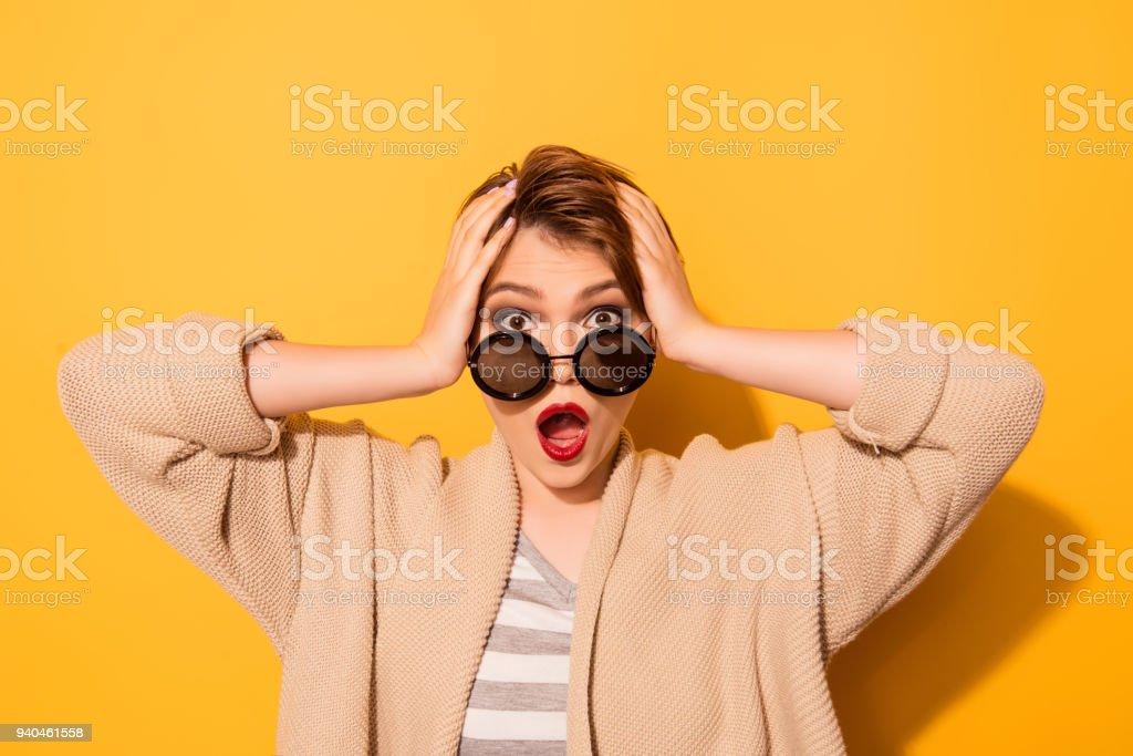 Bouchent portrait de fille choquée dans d élégantes lunettes de soleil et 2235eff78070